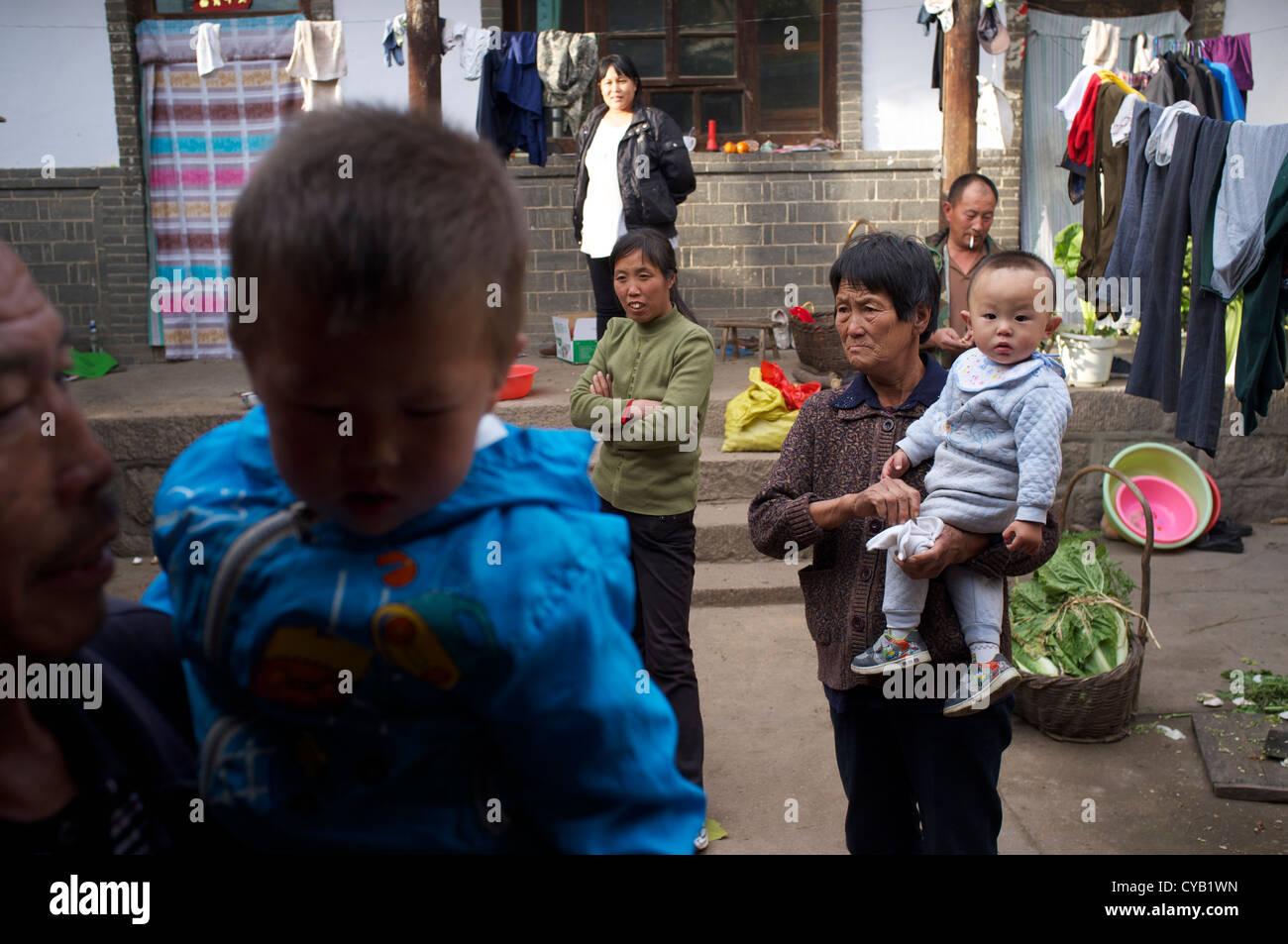 Las personas en la aldea, Pingshan Laofen - uno de pobreza oficialmente denominada condado, provincia de Hebei, Imagen De Stock