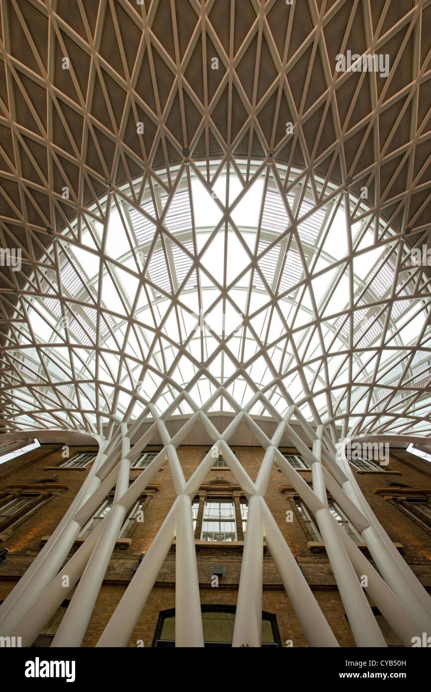 La estación de tren de Kings Cross nueva explanada occidental extensión arquitectura, Londres, Inglaterra Imagen De Stock