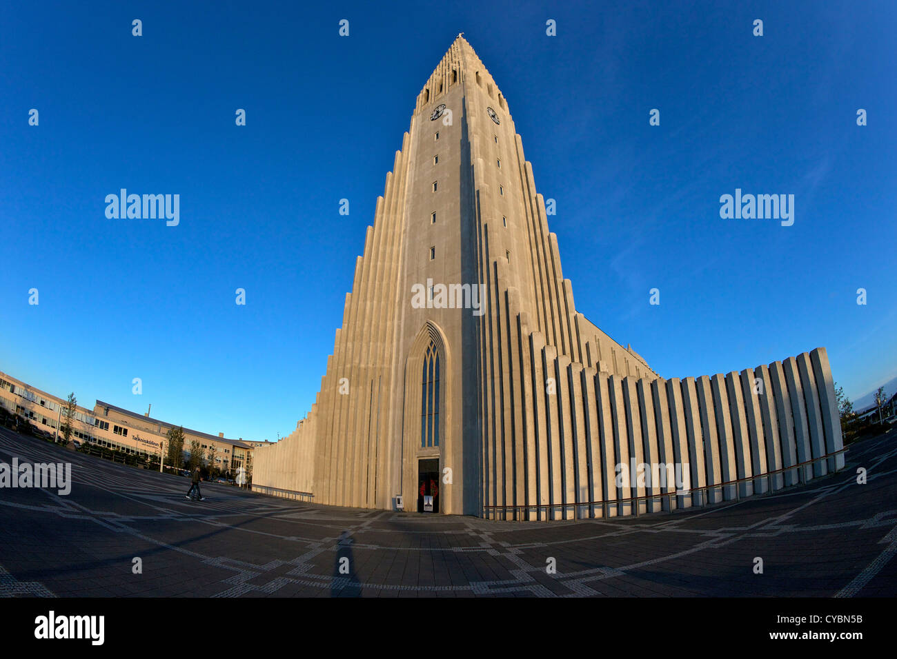 La Iglesia Hallgrimskirkja o Catedral al atardecer, Reykjavik, Iceland Foto de stock