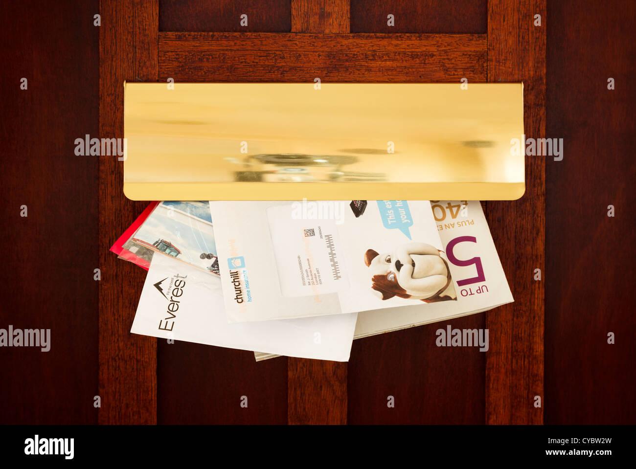 Cartas y correo basura que entra a través de una carta de verificación, UK - detalles modificados para Imagen De Stock