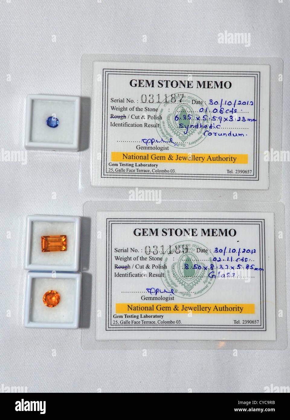 Las piedras preciosas se venden como auténticos pero fueron probados y reveló que el corindón sintético Imagen De Stock