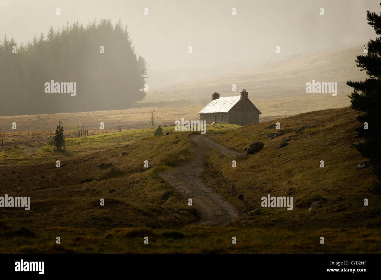 A lonely mountain bothy en el Scotish highlands un refugio para los caminantes y en el Pase Corrieyairack packpackers Foto de stock