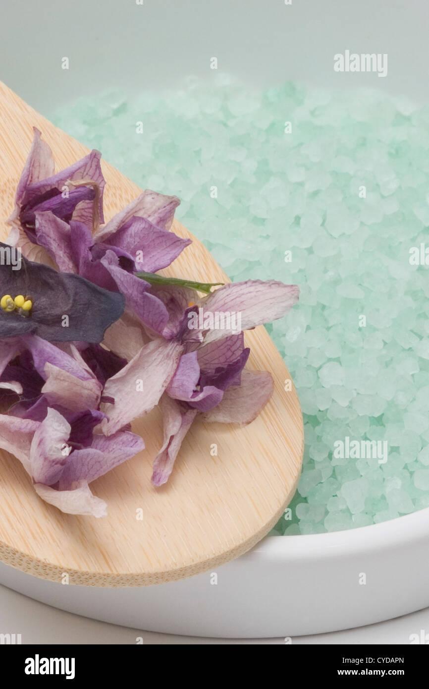 Violetas secos y orquídeas con baño mineral empapar Imagen De Stock