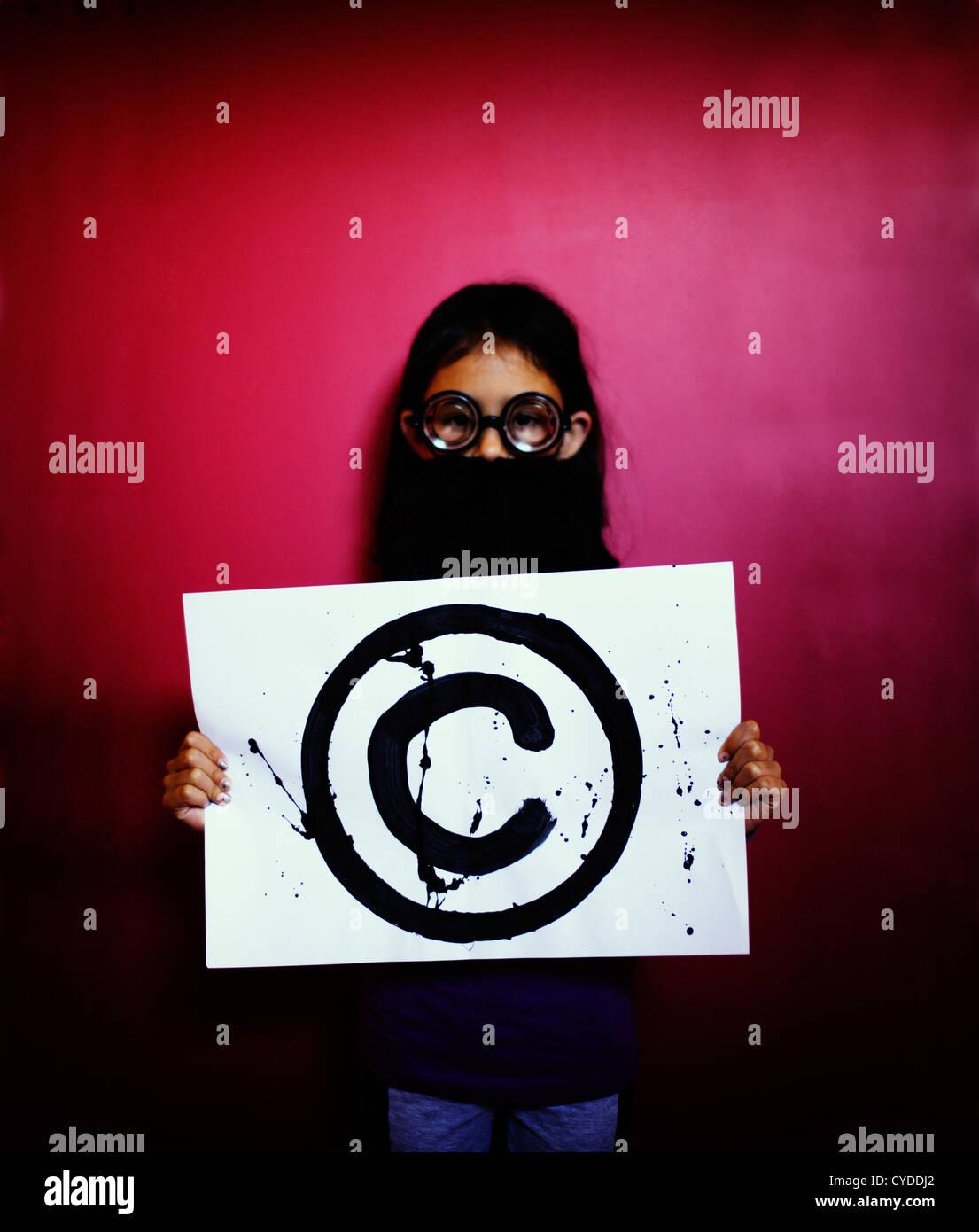 El profesor dice, 'Hands off: es Copyright'. Chica con falsa barba y gafas tiene el símbolo de copyright. Imagen De Stock