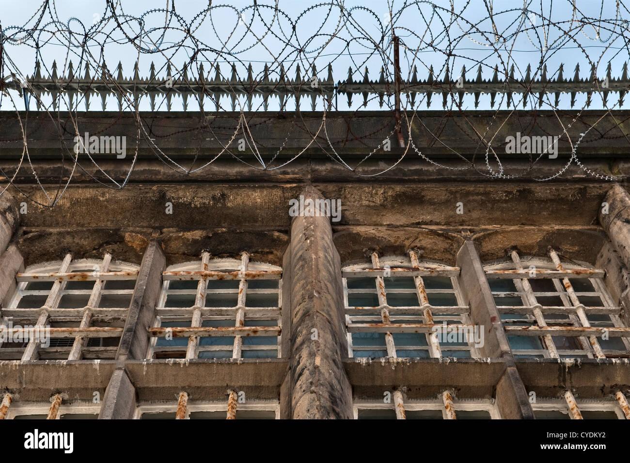 Bares y protector de cables celdas de una prisión abandonada recientemente en el REINO UNIDO Foto de stock