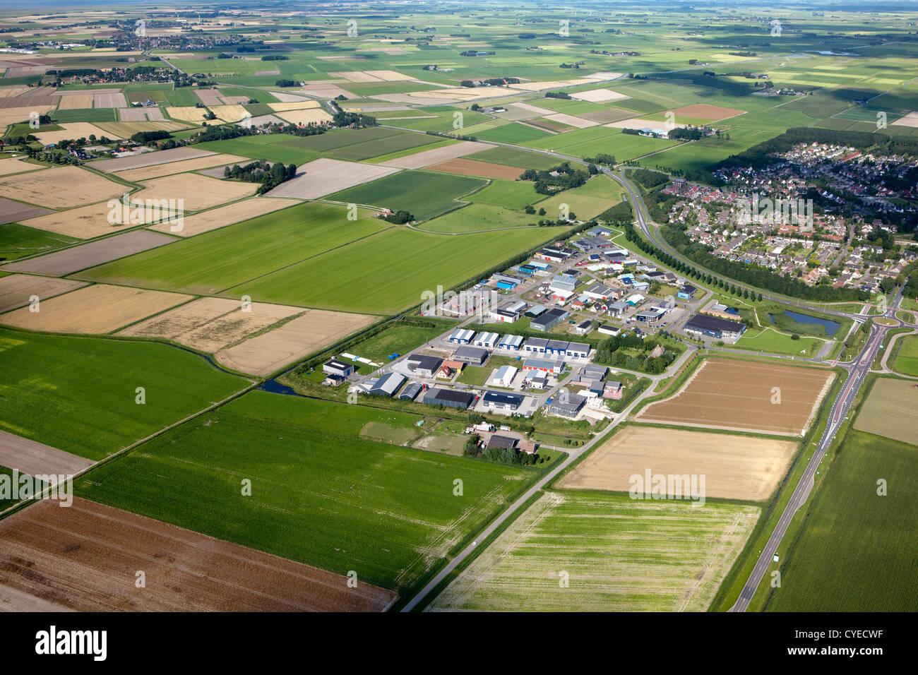 Los Países Bajos, cerca de Stiens, distrito industrial, granjas y campos de cultivo. Antena. Foto de stock
