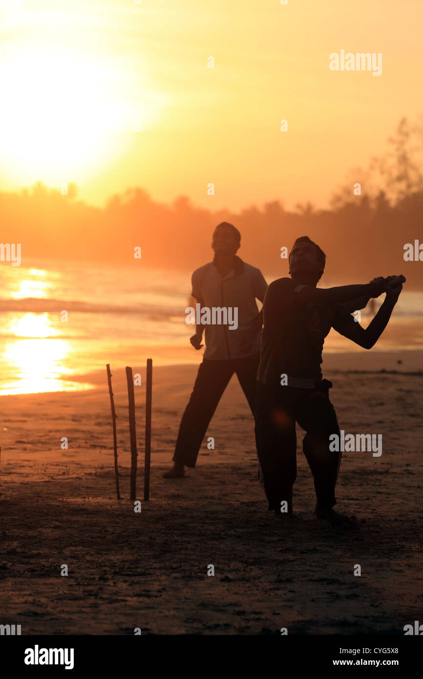 Sunset Beach cricket en Weligama Beach, en la costa sur de Sri Lanka. Imagen De Stock