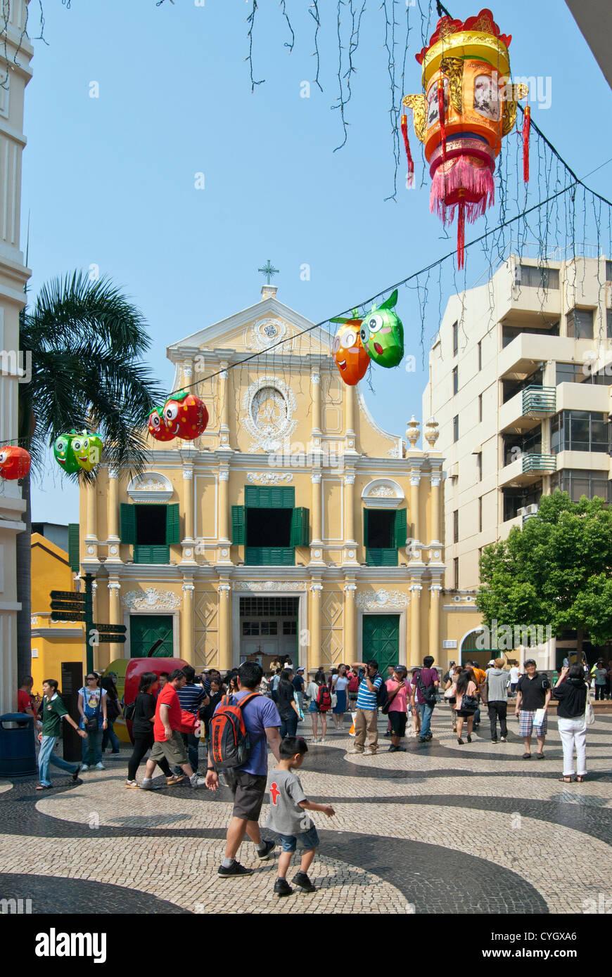 La Iglesia de San Domingo con decoraciones Mid-Autumn Festival, Macao Imagen De Stock