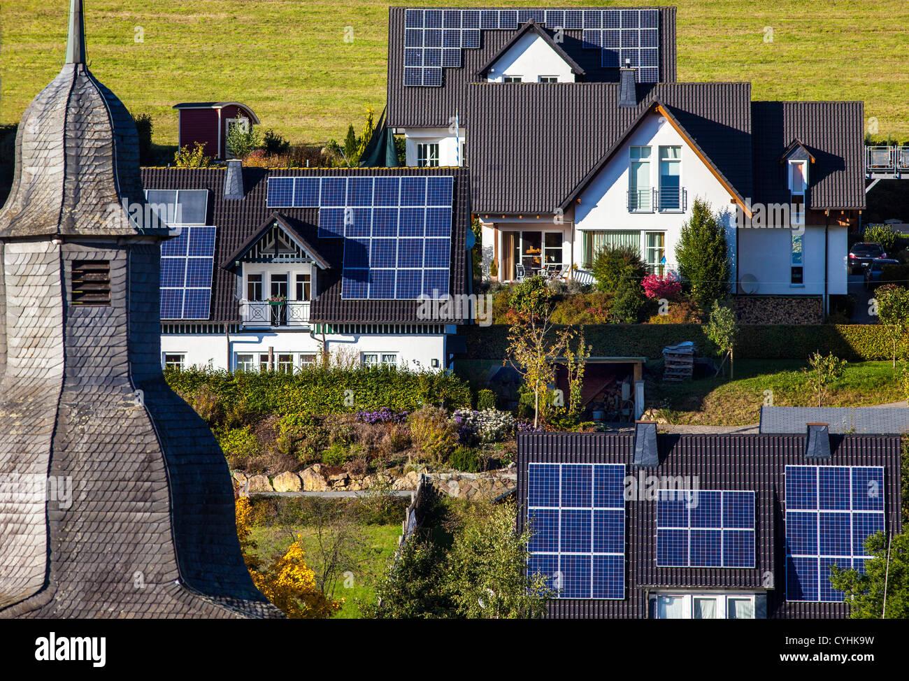 Paneles solares en el techo de sus casas. Energía solar térmica. Imagen De Stock