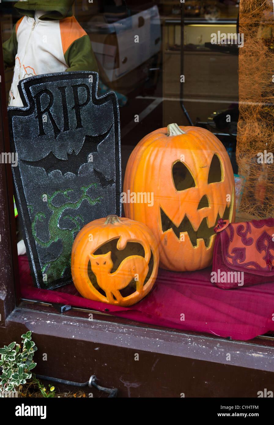 Ventana de visualización para Halloween en Port Townsend, Península Olímpica, Washington, EE.UU. Imagen De Stock
