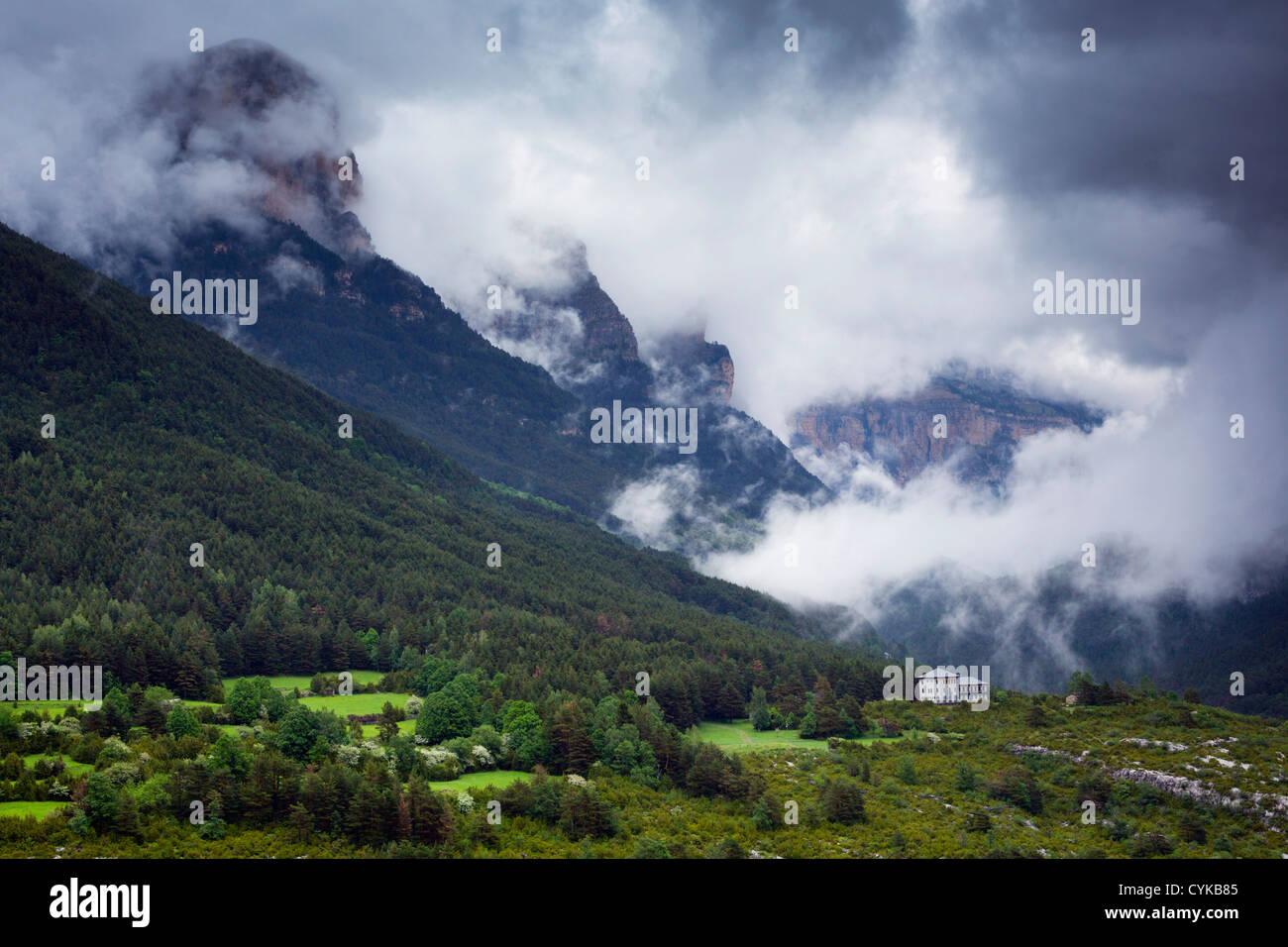 Valle de Ordesa, Pirineos; España; las nubes bajas Imagen De Stock