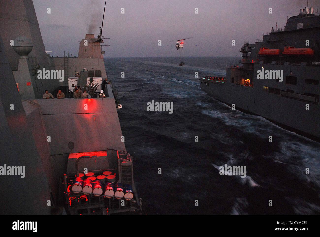 Dock buque anfibio de transporte USS Green Bay (LPD 20) participa en un curso de comando de Transporte Marítimo Militar de reabastecimiento de Lewis y Clark, clase y municiones de carga seca buque USNS Washington cámaras(T-AKE-11). Green Bay es parte de Peleliu Amphibio Foto de stock