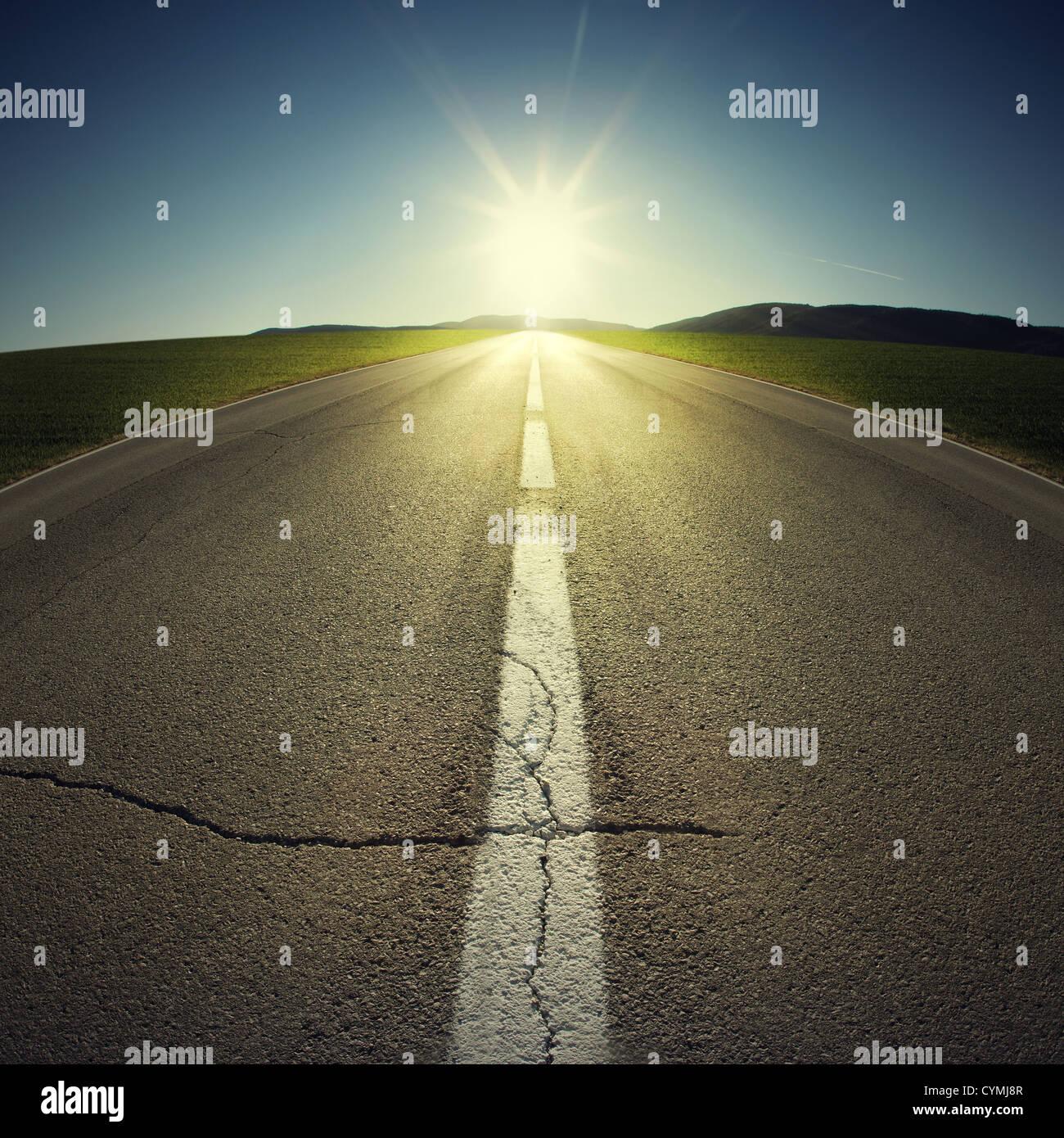 El asfalto de carretera con luz de fondo Imagen De Stock