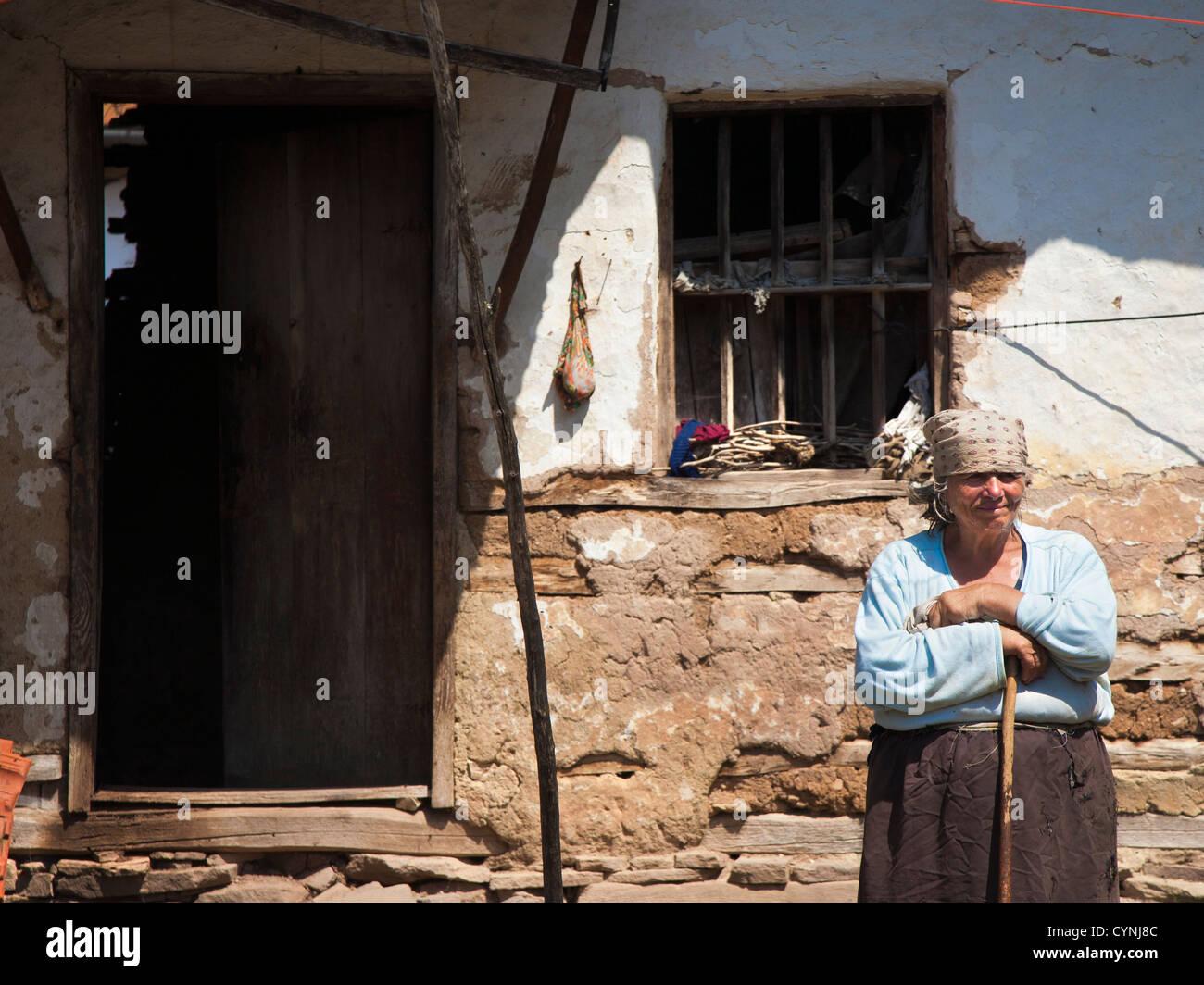 Anciana en aldea Rosomac en Serbia Imagen De Stock