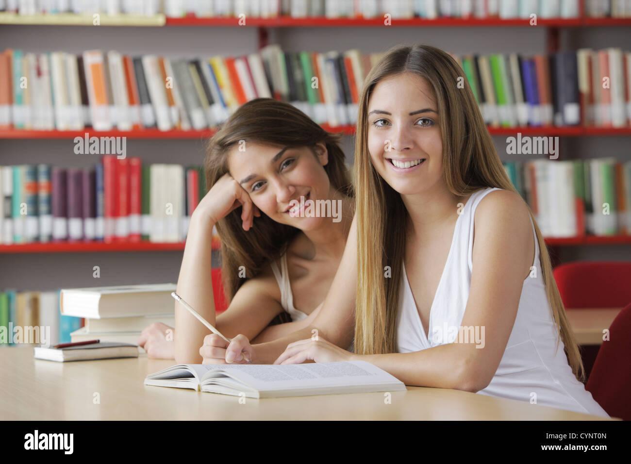 Agradable a los estudiantes en la biblioteca Imagen De Stock