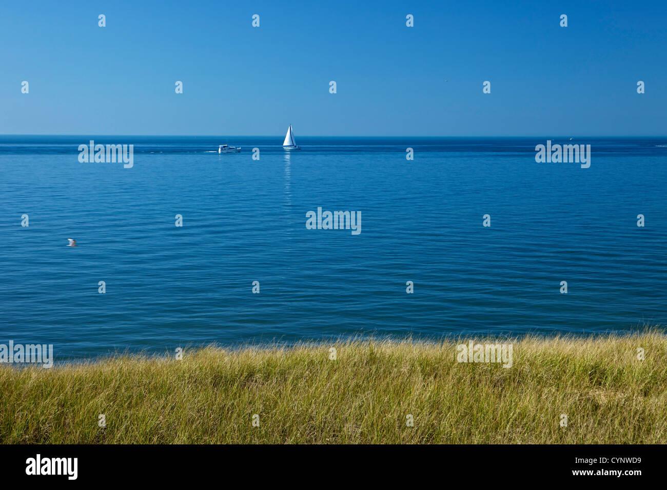 El Lago Michigan en un día tranquilo con agua azul oscuro y los barcos en la distancia Imagen De Stock