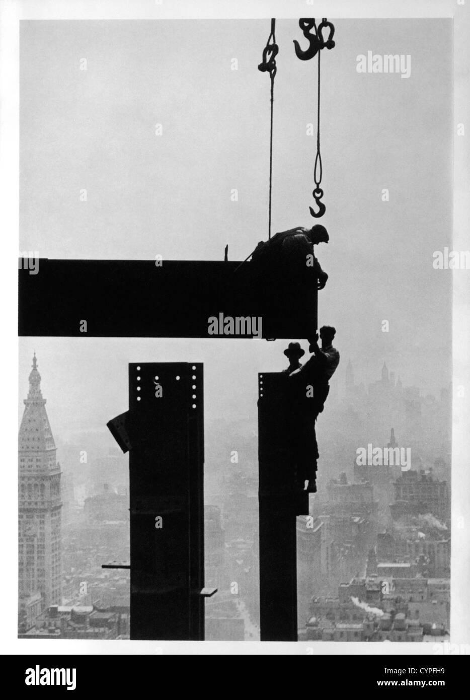 Los trabajadores de la construcción y del Edificio del Empire State, en Nueva York, Estados Unidos, circa 1930 Imagen De Stock