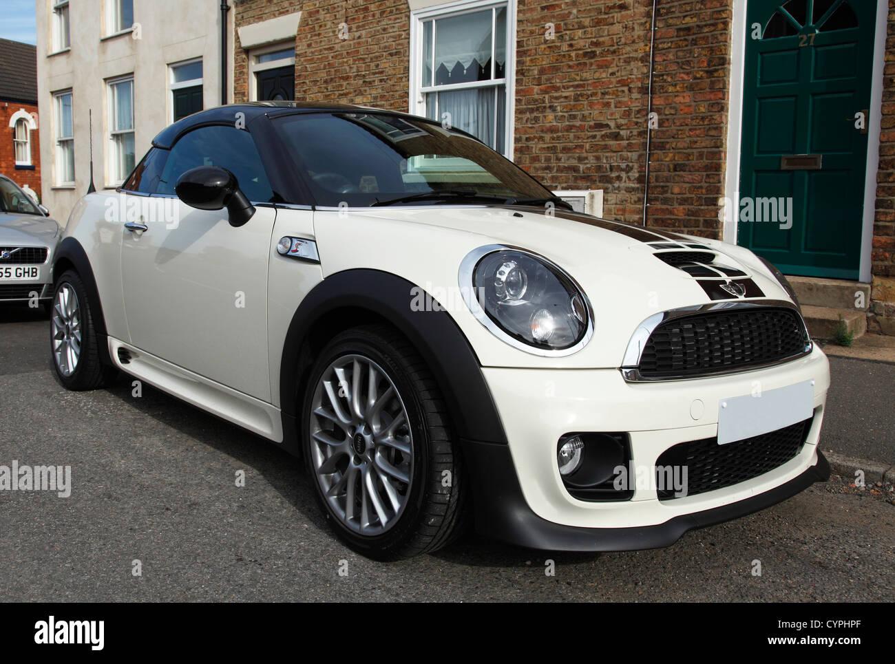 Un mini roadster coche aparcado en una calle en el Reino Unido. Imagen De Stock