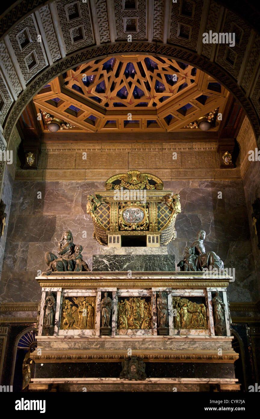 Resultado de imagen de fotos de la tumba de san juan de la cruz segovia