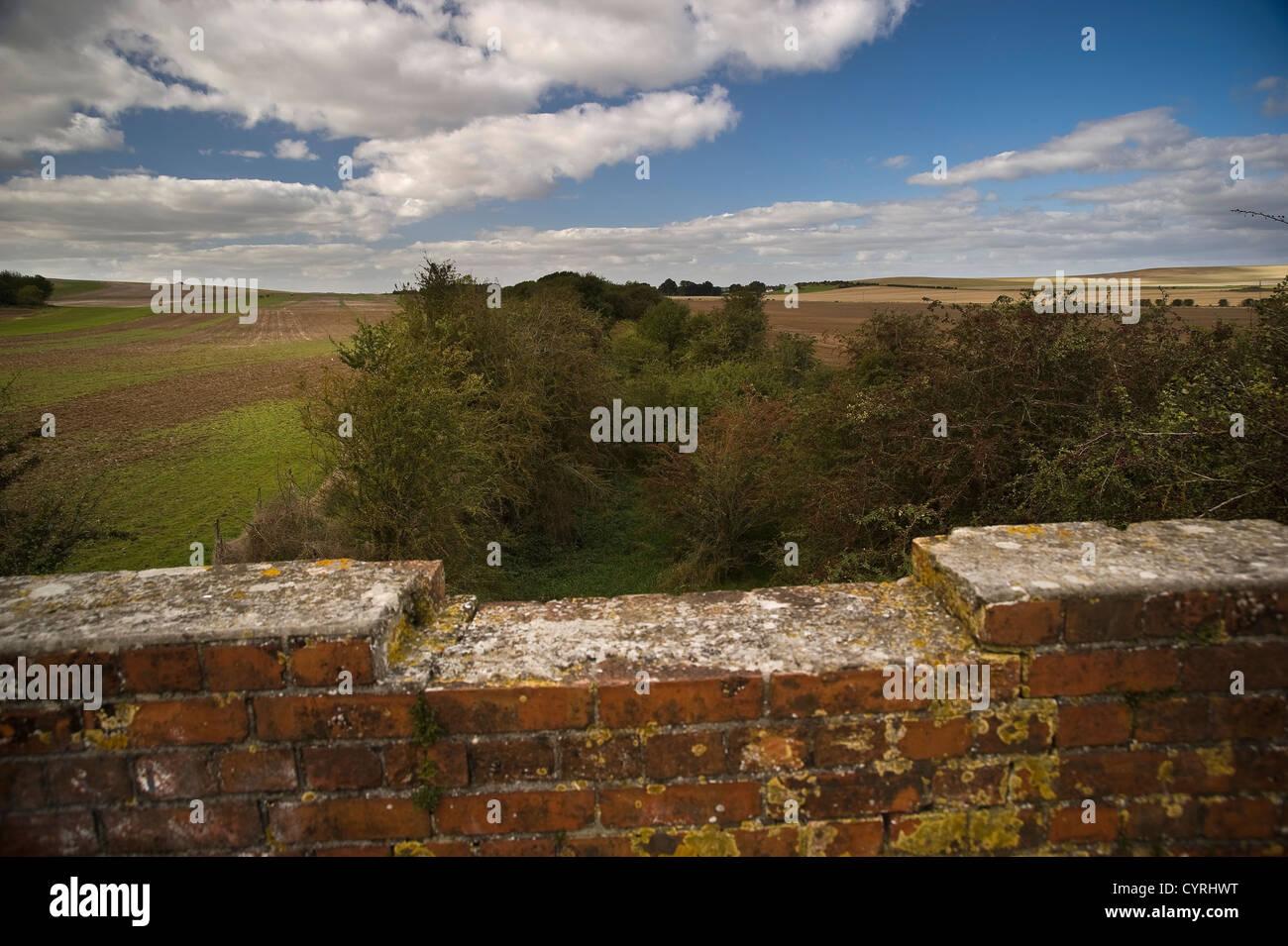 La línea de ferrocarril en desuso entre Southampton y Didcot cruzando el Ridgeway National Trail cerca de Compton, Oxfordshire, REINO UNIDO Foto de stock