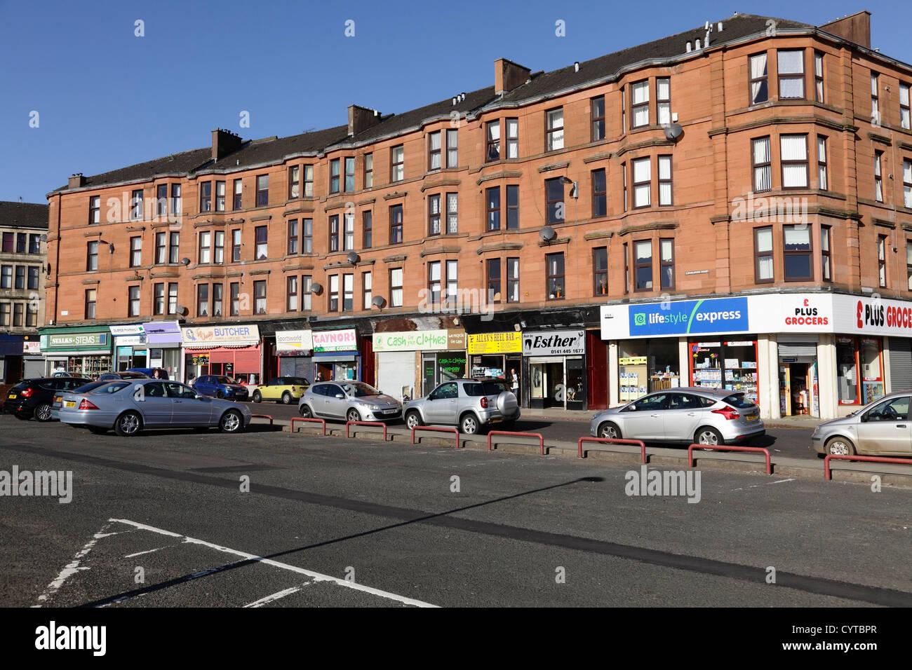 Los conventillos y las tiendas de Langlands Road en Govan, Escocia, Reino Unido Foto de stock