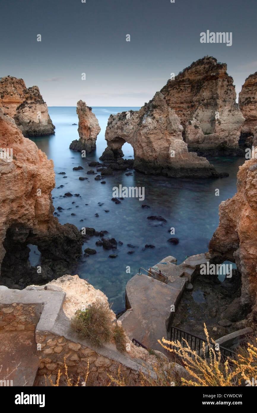 Ponta da Piedade mar pilas y arcos capturó al anochecer, Portugal. Foto de stock