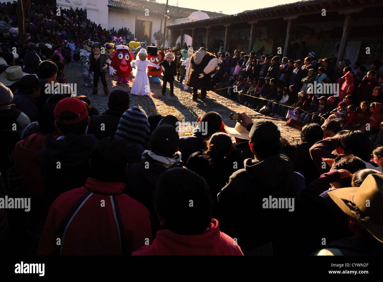 Chichicastenango Guatemala Una Multitud Observa Un Baile