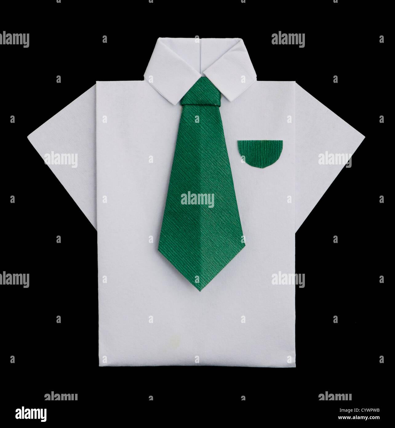 103dded21 Papel hecho aislado de camisa blanca con corbata verde.plegado origami  style Imagen De Stock