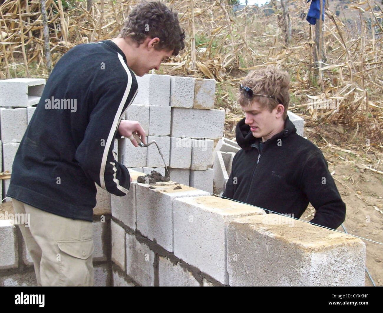 Los estudiantes UK Año Sabático voluntarios trabajando en Guatemala la construcción de casas para Imagen De Stock