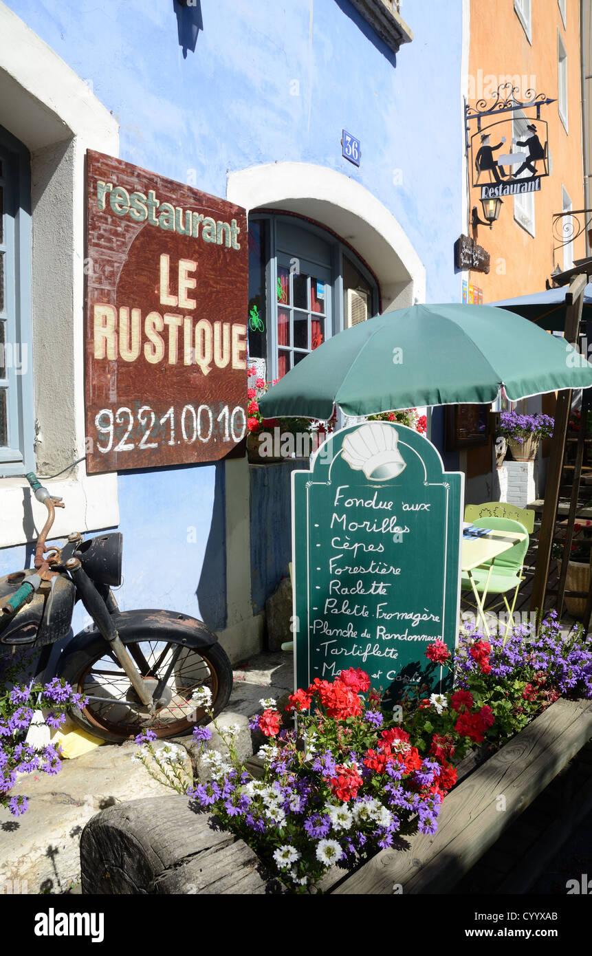 El menú del restaurante y terraza Briançon Hautes-Alpes Francia Imagen De Stock