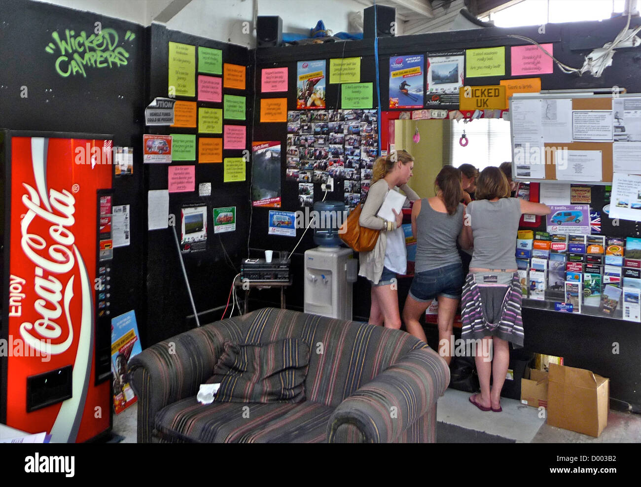 Los estudiantes año sabático viajes autocaravana autocaravana Nueva Zelanda Wicked Campervans Imagen De Stock