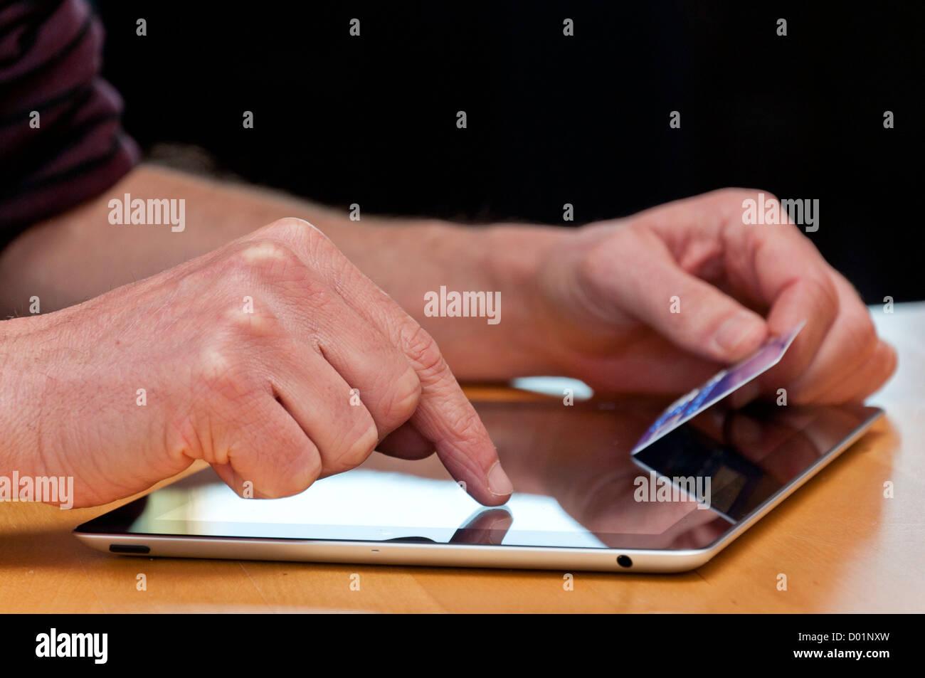Compras en línea con un equipo tablet PC. Foto de stock