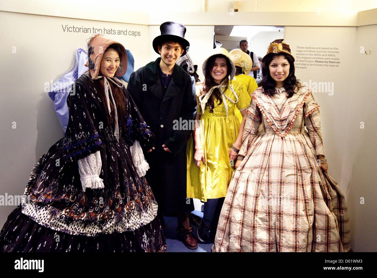 Turistas tratando en trajes de estilo victoriano en el Museo de la moda, Bath Somerset UK Imagen De Stock