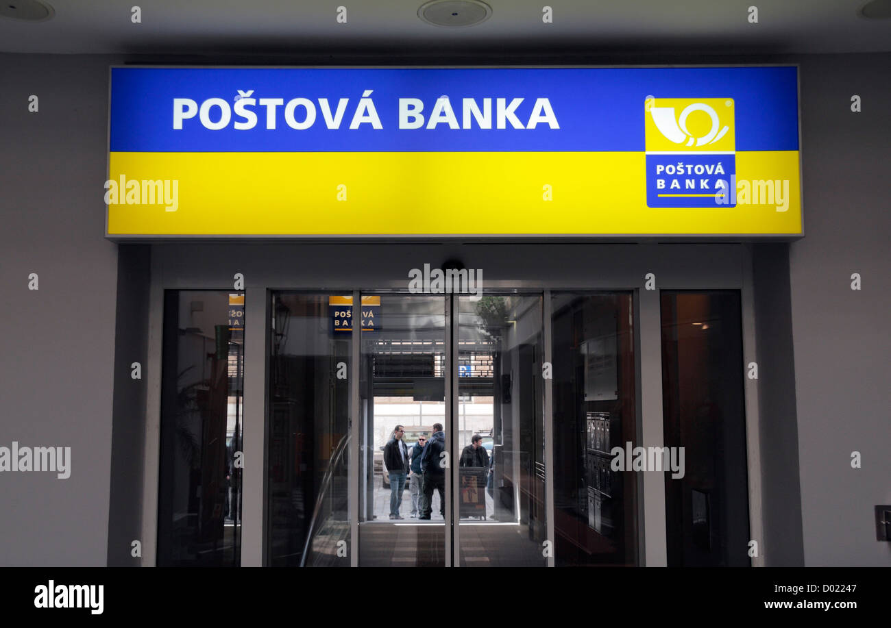 Entrada a un Poštová banka sucursal en Bratislava, Eslovaquia. Foto de stock