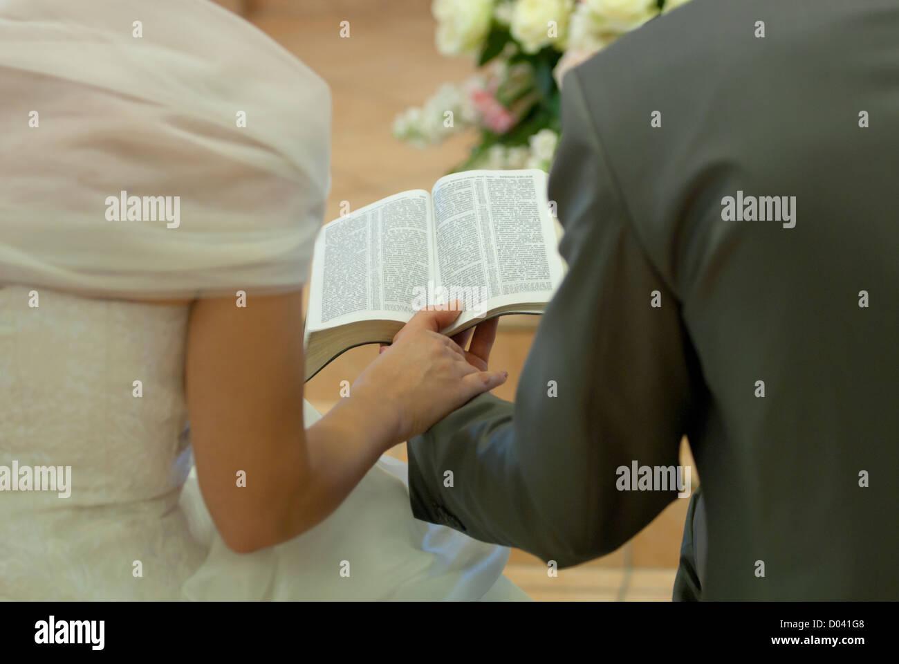 Matrimonio Leyendo La Biblia : Pareja leyendo la biblia cristiana durante la ceremonia de boda