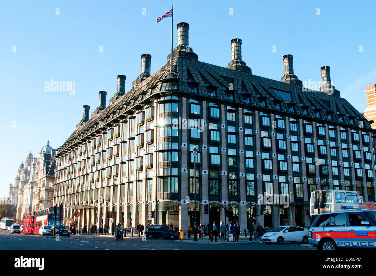 Portcullis House, frente al Big Ben y las Casas del Parlamento, London, UK Foto de stock