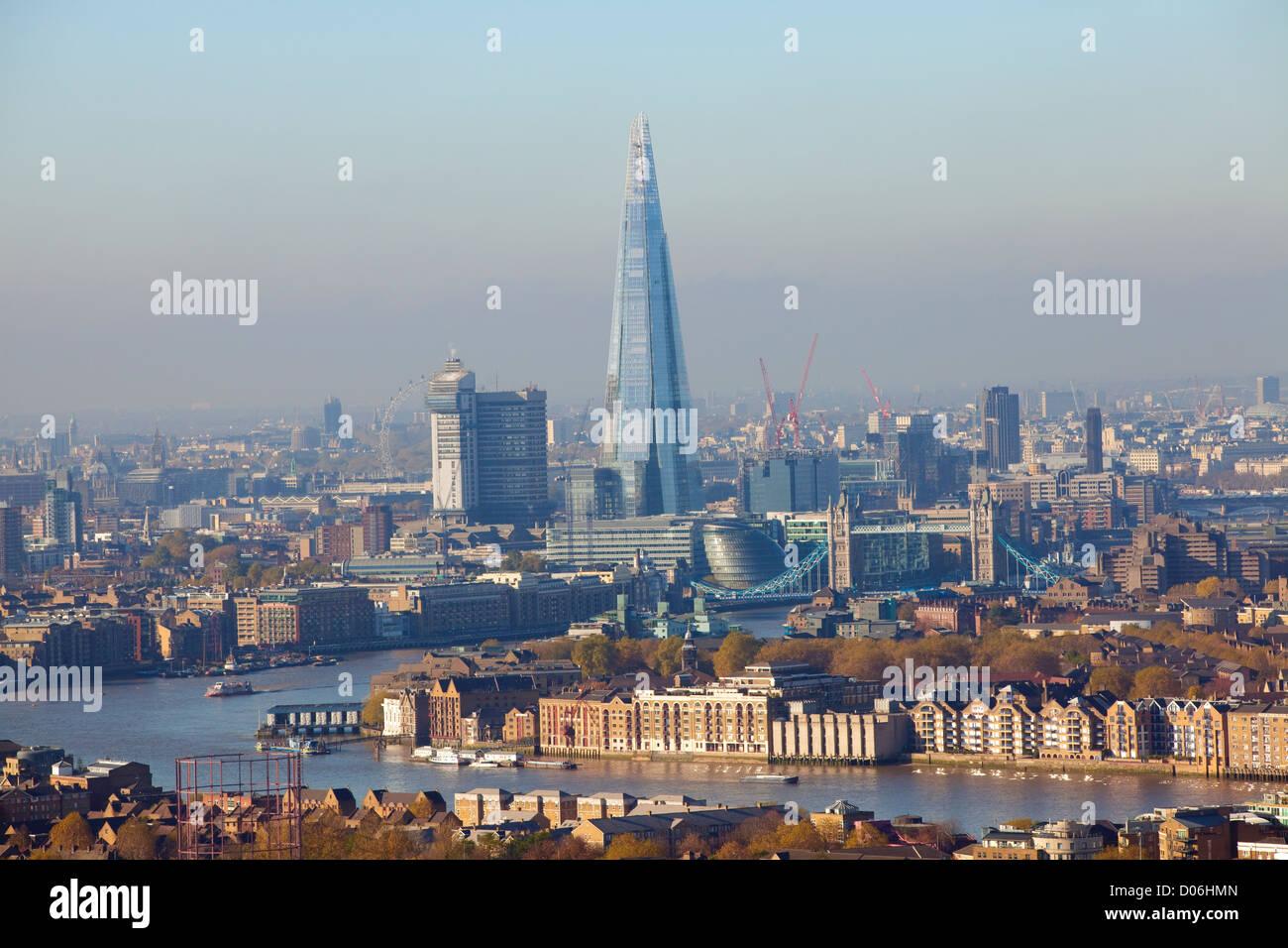Vista hacia el oeste a lo largo del río Támesis, a través de la Shard building, Londres Desde Canary Wharf, London, England, Reino Unido Foto de stock
