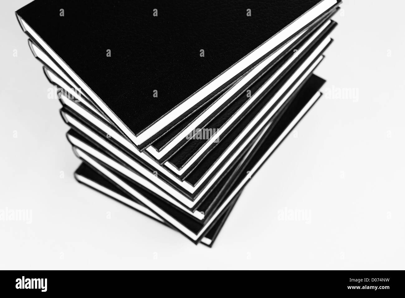 Muchos libros en un montón de fotos en blanco y negro. Imagen De Stock