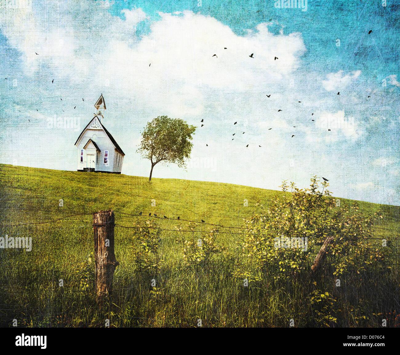 Antiguo país school house en una colina frente a un cielo azul Foto de stock