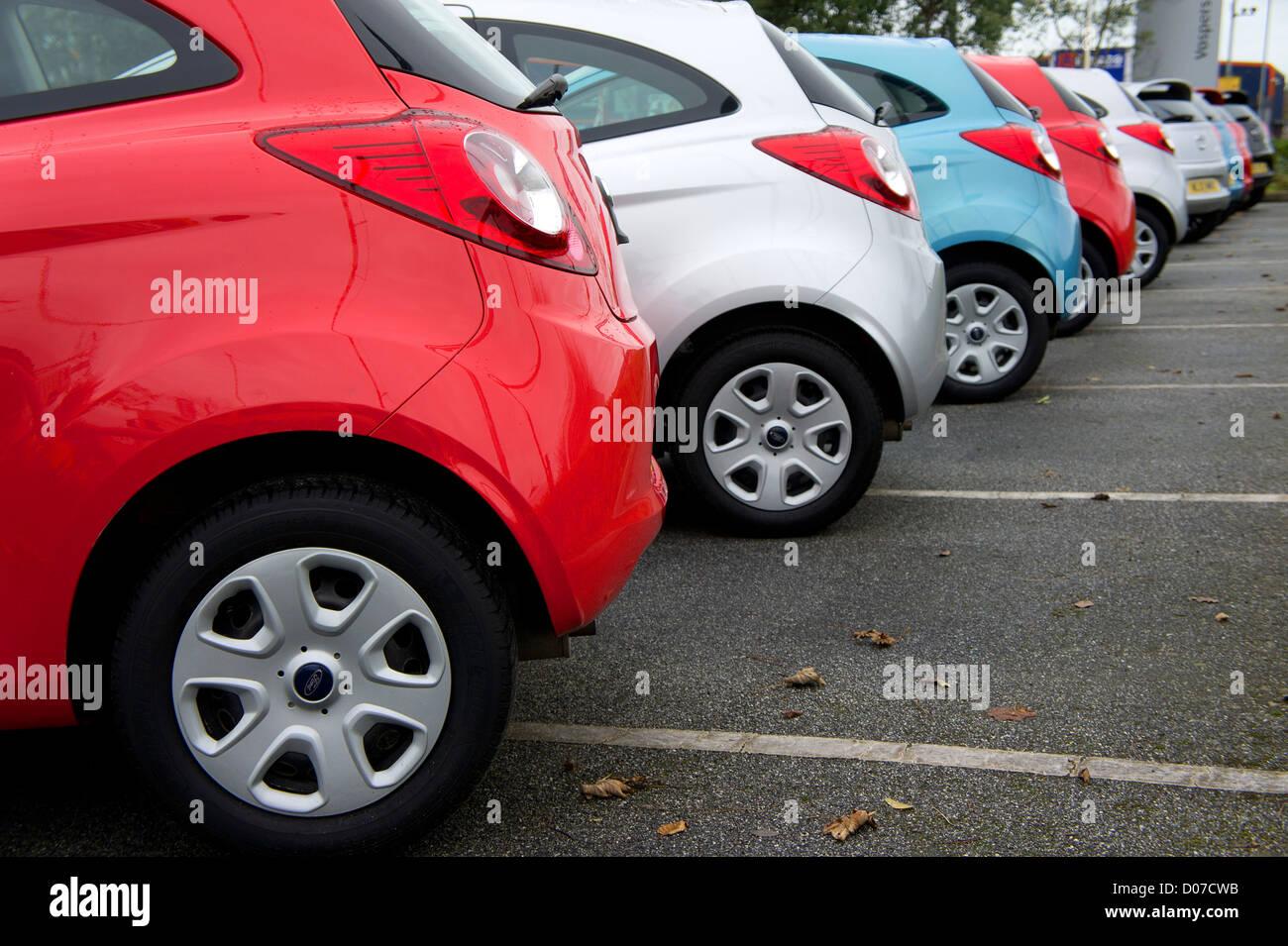 Ford KAs sobre un patio garaje Imagen De Stock