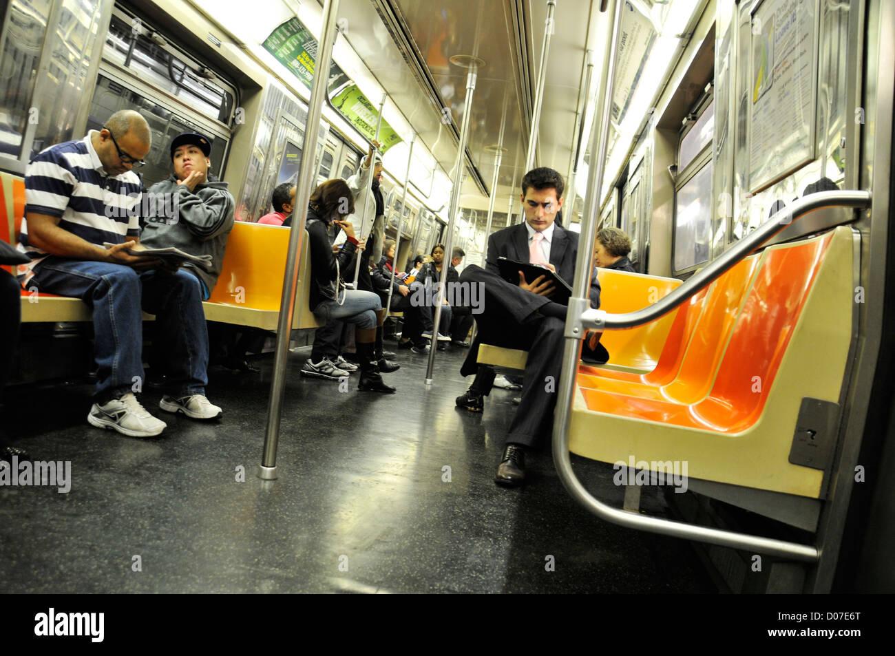 """Los viajeros de Metro en la línea """"D"""", Manhattan, Ciudad de Nueva York, EE.UU. Imagen De Stock"""