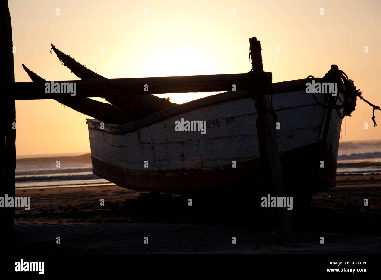 La playa de Pimentel, una aldea de pescadores en la costa norte de Perú, cerca de la ciudad de Chiclayo. Foto de stock