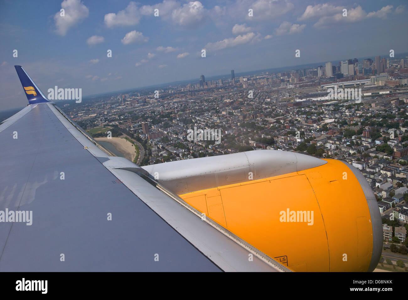 Vista desde la ventana de aviones a reacción de pasajeros icelandair en Boston, EE.UU. Imagen De Stock