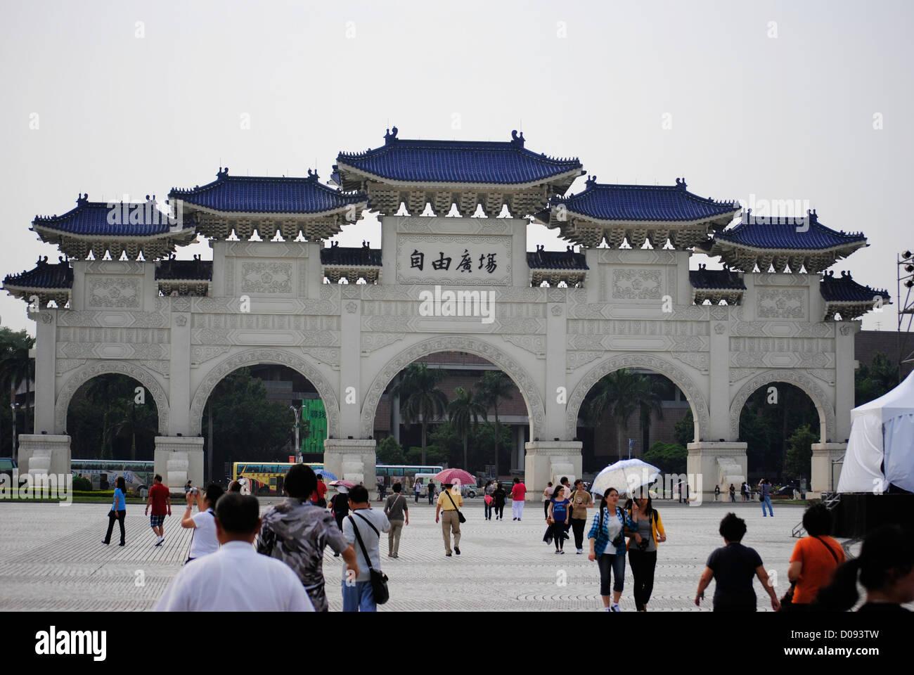 Los turistas en CKS (Chiang Kai Shek Memorial) Taipei Taiwán Imagen De Stock