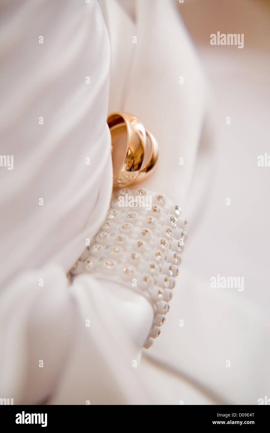 Vestidos de novia y anillos