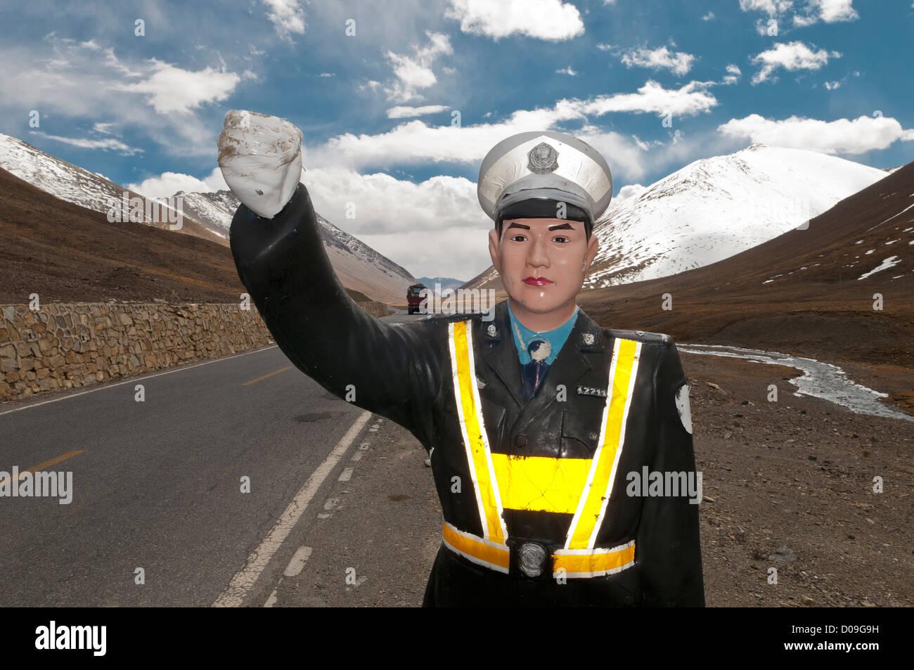Plástico de tamaño más grande que la vida misma policía de tráfico espera promover la seguridad vial en la Gen La Foto de stock