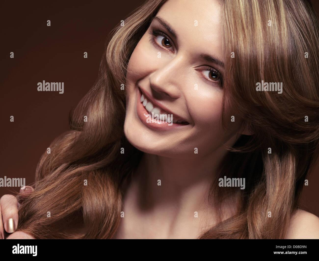 Belleza retrato de una mujer sonriente con hermoso cabello marrón claro Foto de stock