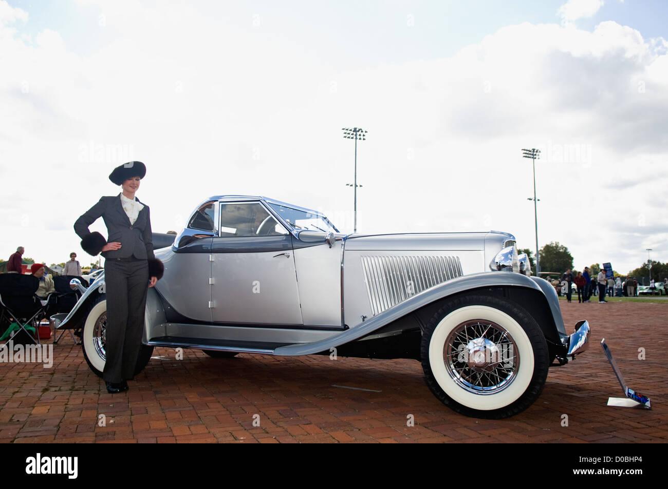 Modelo posando junto a clásicos de Auburn Automobile 2012 en el Concours d'Elegance de Churchill Downs Imagen De Stock