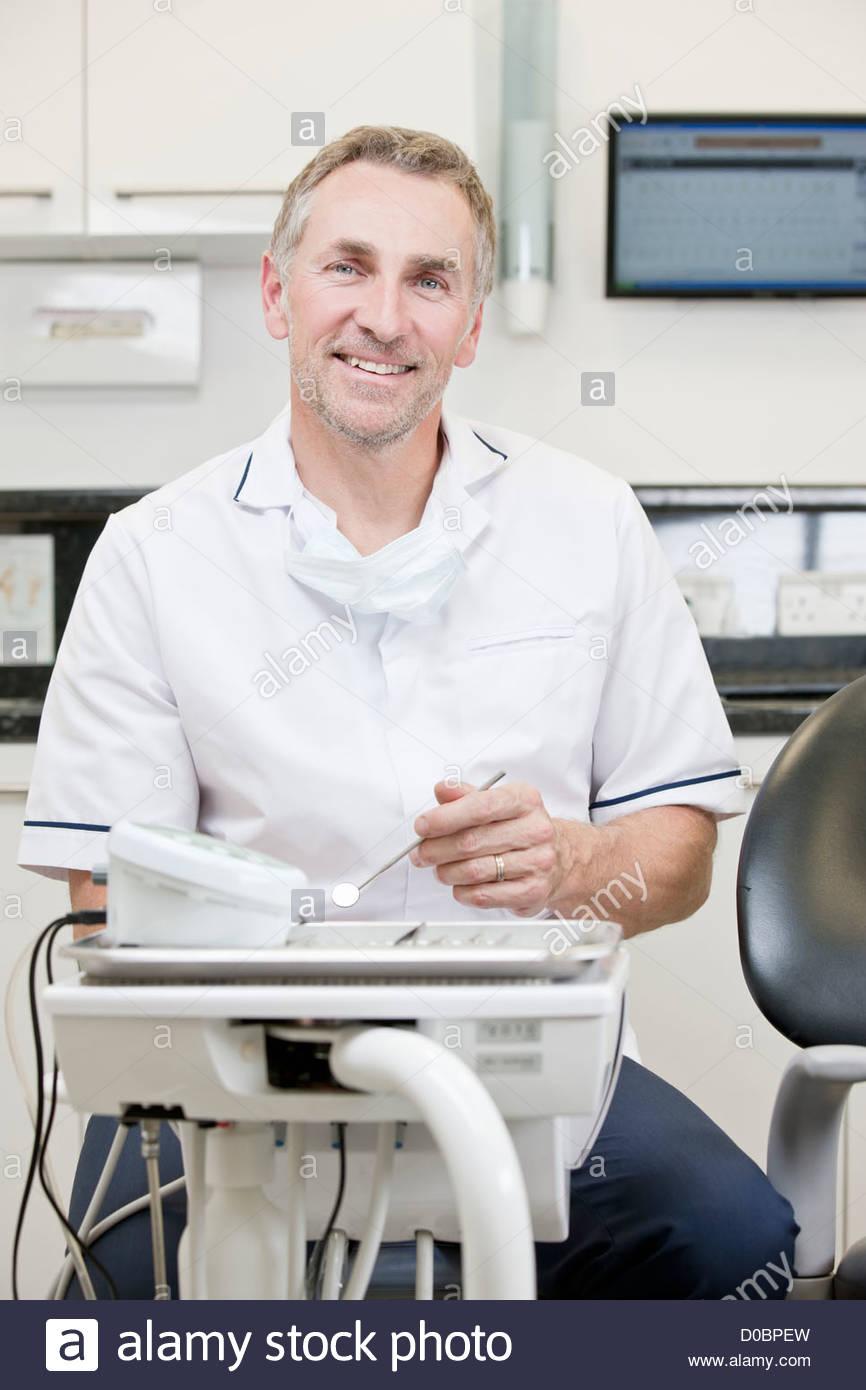Un macho de dentista en un consultorio dental Imagen De Stock