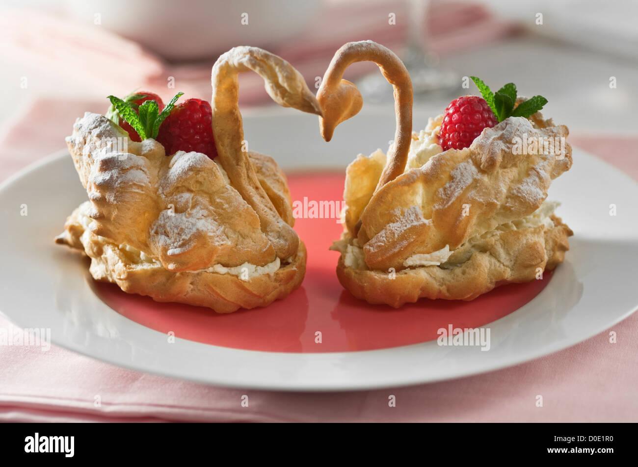 Choux pastry cisnes Cygnes en paté à choux Imagen De Stock